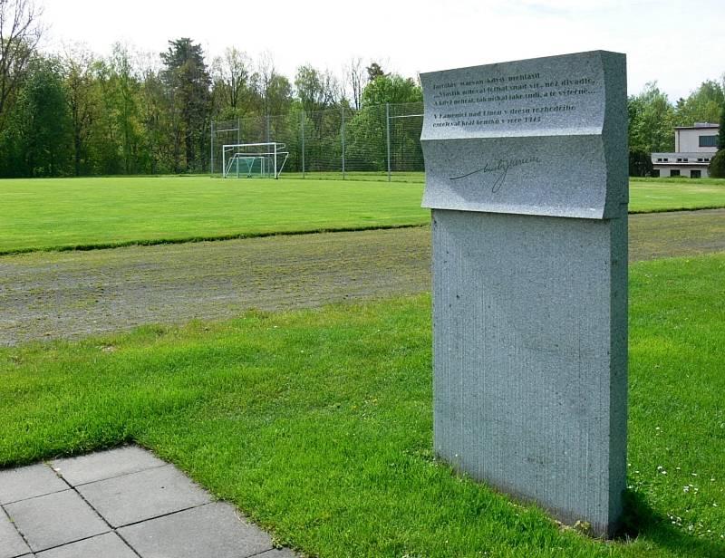 Stadion v Kamenici nese jméno po herci Vlastovi Burianovi.