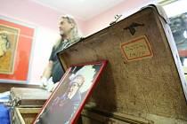 Unikátní kufry známého spisovatele, cestovatele a etnografa Miloslava Stingla si mohou prohlédnou návštěvníci Muzea rekordů a kuriozit v Pelhřimově.