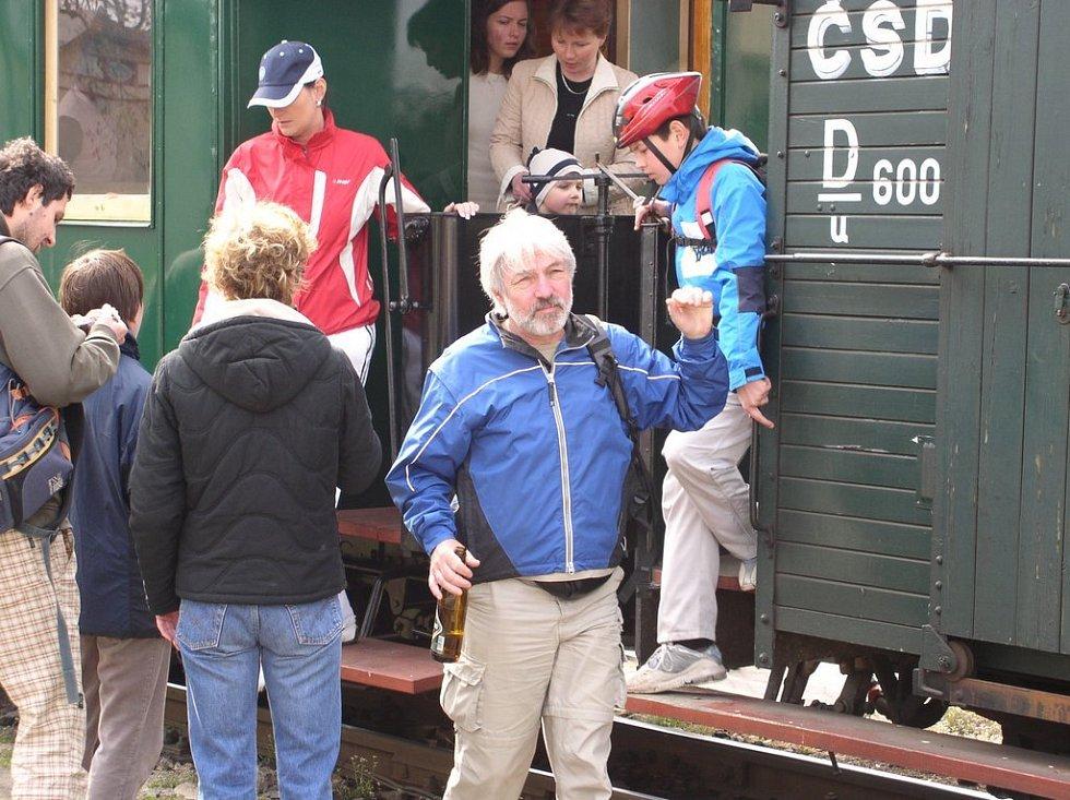 Spokojení cestující s oblibou využívají služeb bufetového vozu