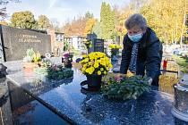 Přípravy na dušičky na pelhřimovském hřbitově.