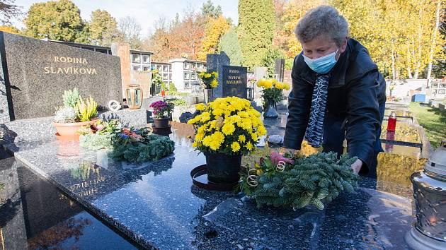 Úskalí Dušiček: Jen dva zákazníci v květinářstvích, od deváté zavřené hřbitovy