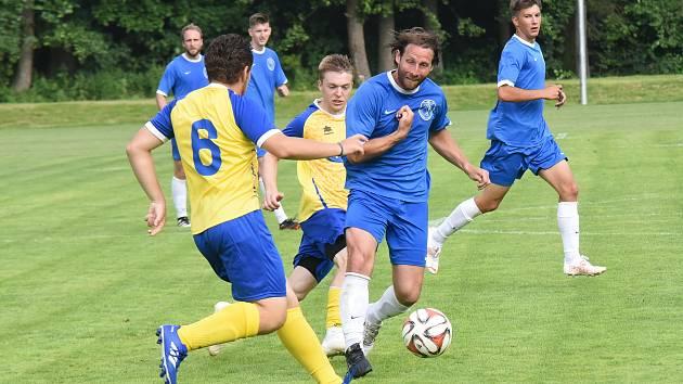 Jednou ze dvou posil Žirovnice je Jiří Smrčka (u míče), který se do mateřského klubu vrátil po dlouhých letech z Rakouska. Bohužel momentálně je zraněný.