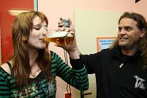 Pokus Olgy Čunátové ze Skrýchova u Opařan o překonání českého rekordu v rychlostním pití půllitru piva.