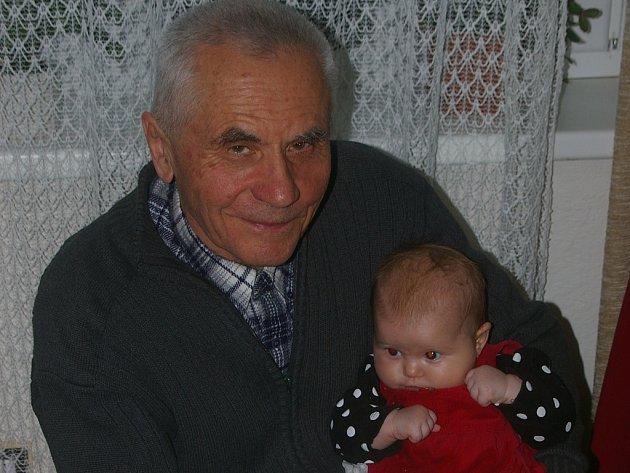 Jan Blažek s nejmladší vnučkou.