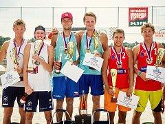 Vítězi šampionátu v pelhřimovském Beachwellu se stali Tomáš Váňa a Ondřej Perušič  (uprostřed), ve finále porazili Martina Piheru a Davida Schweinera (vlevo), bronz pak brali Ondřej Lenc a Štěpán Trojan (vpravo).