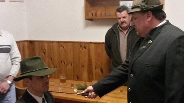 Na výroční schůzi mysliveckého sdružení Vysočina Petrovice byl do cechu mysliveckého pasován jako nový člen sdružení Tomáš Řezníček.