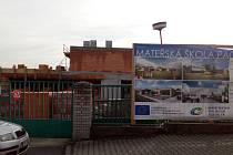 Staveniště budoucí mateřské školy v lokalitě Za Branou v Pacově.