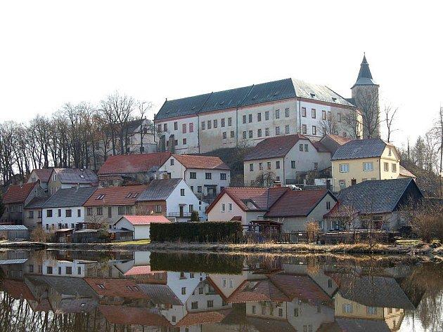 Zájem o noční prohlídky zámku očekávají v Žirovnici i v srpnu.