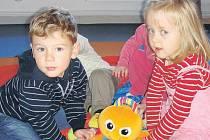 Děti si ve školičce nejenom poprvé sáhnou na hudební nástroje. Nešlo by to ani bez hraní jako takového.