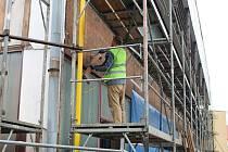 Hlavně zpevnění konstrukce a zateplení je cílem oprav, právě probíhajících na sportovní hale v Počátkách.