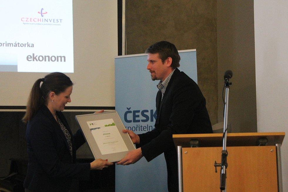 Ocenění za druhé místo převzala primátorka Jihlavy Karolína Koubová (Fórum Jihlava).