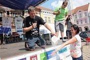 """Do rekordmanského festivalu se hned na začátku zapojili žáci pelhřimovských škol, kteří odpovídali na otázky moderátora pořadu Zázraky přírody Vladimíra Kořena. Ten se dokonce """"odvážil"""" polít kapalným dusíkem ruku jedné dobrovolnice."""