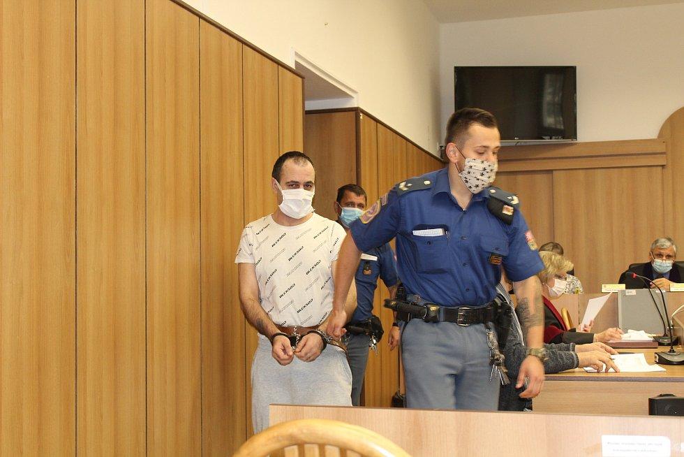 Soud v Táboře řeší pobodání mezi Rumuny na ubytovně.