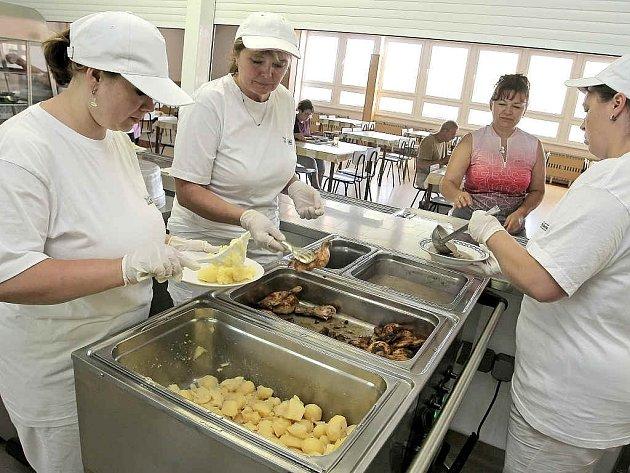 Ve školních kuchyních se rodí tradiční i nové obědy.