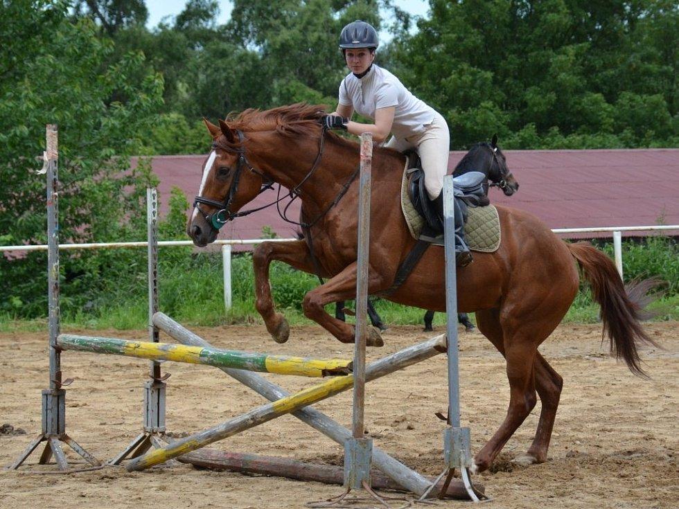 Studenti České zemědělské akademie se účastní také řady závodů včetně Ligy škol. Snímek je z výuky jízdy na koni.