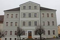 V budově základní školy na náměstí v Pacově vzniknou díky modernizaci nové učebny, šatny i kabinety.