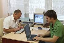 Roman Petřík (vlevo) odpovídal čtenářům z mobilní redakce přímo v pelhřimovské nemocnici.