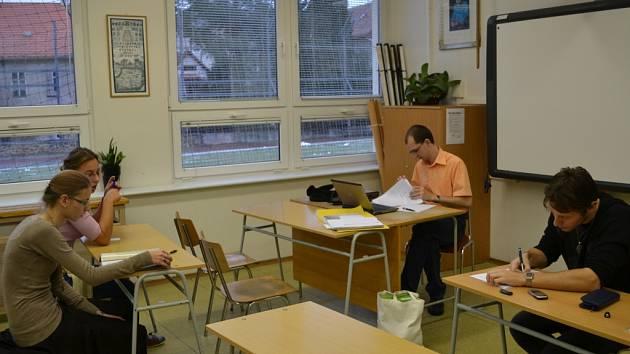 Zatím poslední setkání účastníků projektu se uskutečnilo minulý pátek. Na smínku (zleva od okna) Kateřina Šarfová, Kristýna Prokůpková, Pavel Holub a Zdeněk Škrabánek.
