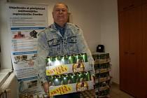 Restaurátor Jaroslav Benda se raduje z piva na rok zdarma.