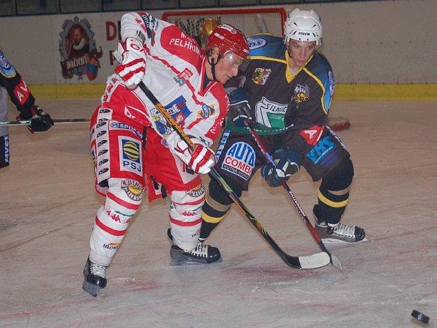 Pelhřimovští hokejisté mají sice nahráno, ale výhra nad Táborem by byla vzhledem k dalšímu náročnému programu více než vítaná. To dobře ví i Tomáš Hadrava (vlevo).