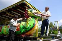 Kolotočáři, kteří strávili sestavováním všemožných konstrukcí na louce u Sázavy poslední tři dny, přivezli i novinku, dráhu Dragon (na snímku).