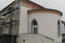 Tak trochu stranou stojí humpolecká synagoga. Ostatně jako celá čtvrť Zichpil. Jakmile odtamtud zmizí lešení a opuštěný byt se promění v židovské muzeum, všechno bude jinak.