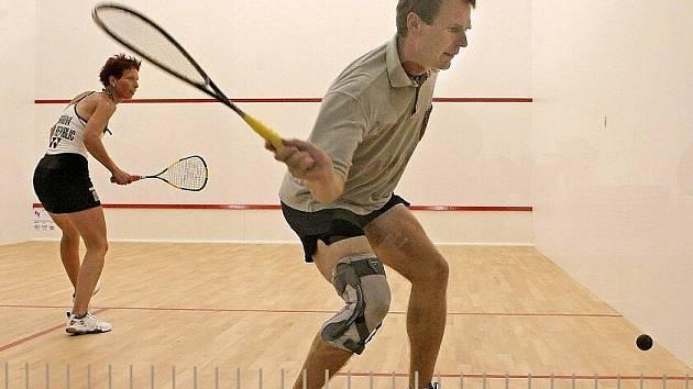 První squashové centrum Výsluní bylo ve čtvrtek večer otevřeno v Pelhřimově. Během slavnostního otevření nechyběla ani exhibice předních českých reprezentantů ve squashi Zuzany Kubáňové a Tomáše Kubáně.