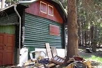 Prostranství před chatou rodiny Čapkových u Nemojova na Pelhřimovsku hyzdí staré harampádí.