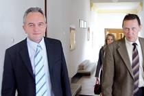 Primář chirurgického oddělení pelhřimovské nemocnice Miroslav Zahálka (vlevo) včera odcházel od soudu spokojen. Soudkyně během několika desítek minut vynesla v jeho kauze osvobozující verdikt.