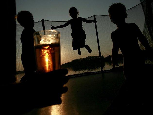Při letním rekreačním posezení je pivo ideálním nápojem pro dospělé. Ilustrační foto.