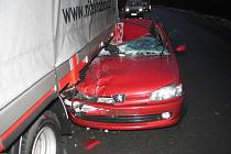 Nehoda, při které nebyl nikdo zraněn, jedno auto skončilo na střeše a další dvě v kamionu, se stala v pátek u Pravíkova.