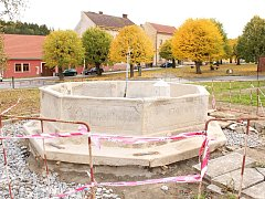 Zrestaurovaná kašna na náměstí v Nové Cerekvi.
