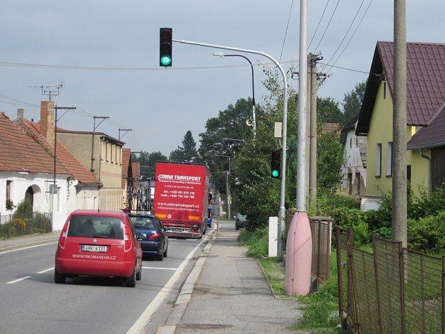 V Obratani je ve směru od Tábora nově speciální semafor.