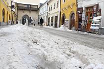Lidé v Pelhřimově si stěžují na neprohrnutý sníh.