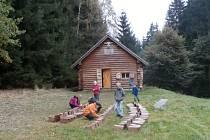 V polovině října již počtrnácté pomáhalo pelhřimovské Středisko ekologické výchovy Mravenec ve spolupráci s Lesy České republiky přírodě.