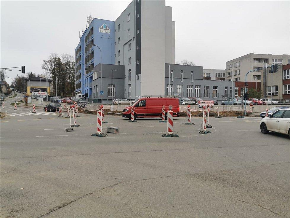 Na rozkopané křižovatce u pelhřimovské nemocnice dělníci vyměňují semafory. Foto: archiv města Pelhřimova