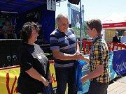 Iniciátorka výtvarné a fotografické soutěže Zdeňka Jůnová předala spolu s místostarostou města Jaromírem Paříkem ceny vítězům.