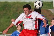 Fotbalisté Bystřice (vepředu Miloš Vrzal) opět potvrdili, že proti Žirovnici umí zahrát. Slavoji stejně jako na jaře nadělili pět gólů.