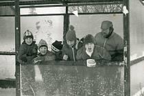 Ještě jeden pohled na pochod Zimní pelhřimovské pěšinky neboli Memoriál Ludvíka Kosa a Aleše Wertheimera. Mladí turisté (Pavel Pípal se skupinou tzv. tomíků) se v lednu v roce 1987 fotografují ve Skrýšově, kudy se tehdy z Pelhřimova na Křemešník vydali.