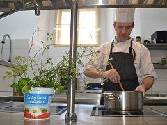 V kuchyni nové želivské klášterní restaurace velí šéfkuchař Aleš Váha.
