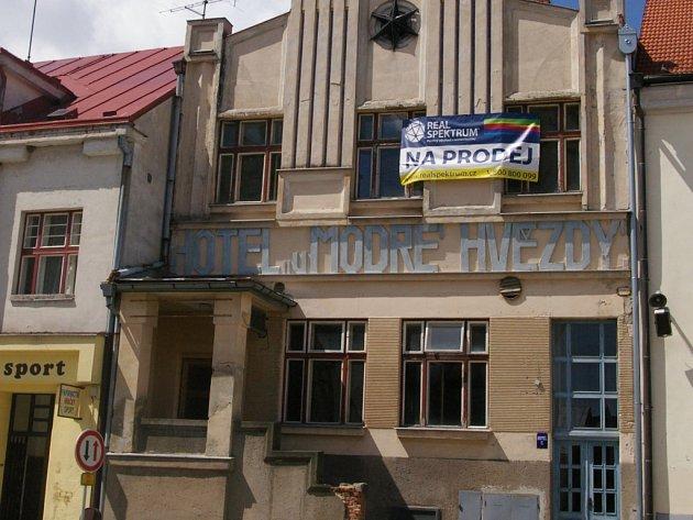 Počátecký hotel U Modré hvězdy, známý z Postřižin, je na prodej.