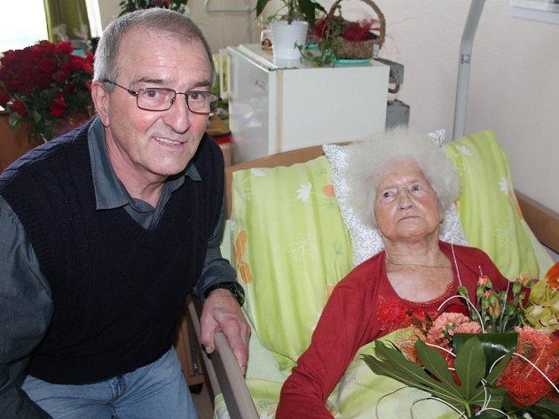 Zaměstnanci Domova důchodců v Humpolci v pondělí Jenovefě Frankové připravili k jejím stým narozeninám milou oslavu.