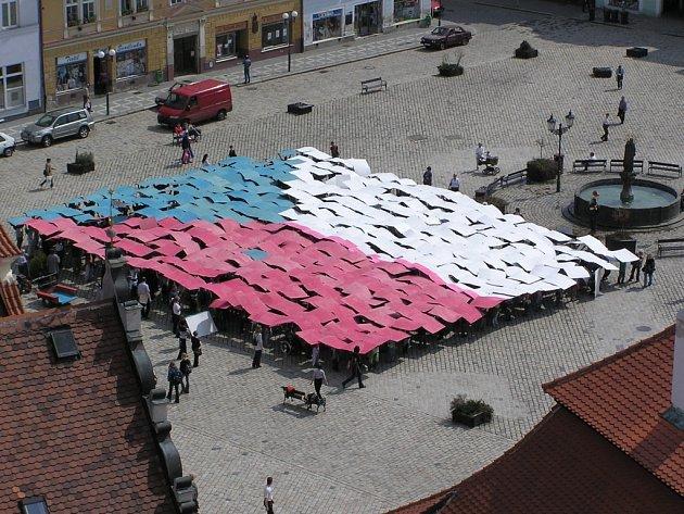 První rekord pro Brusel - ten padl na Masarykově náměstí v Pelhřimově, a to den před oficiálním vstupem České republiky do Evropské unie – tedy v pátek 30. dubna 2004 v deset hodin dopoledne.