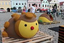 Brouk a ježek na pelhřimovském náměstí.