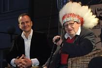 Náčelník kmene Kikapú Miloslav Stingl vystoupil na festivalu Pelhřimov – město rekordů v pelhřimovském divadle i na sobotním galavečeru, kde předvedl svou indiánskou čelenku. Na snímku je s ním ředitel Pražské paroplavební společnosti Štěpán Rusňák.