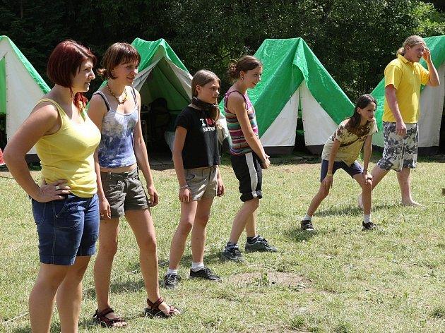 Ve šlépějích Harryho Pottera se vydaly na táboře ve Chválkově i děti z Mravence.