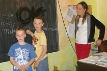 Mikuláš a Matyáš se svoji matkou Hanou Konvalinkovou při výuce.
