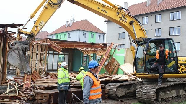 V Pacově dělníci pokračují na demolici mateřské školy.