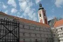 V jižním a západním křídle pacovského zámku se bez přestávky pilně pracovalo i včera. Téměř každý řemeslník si dopoledne pochvaloval blankytně modrou oblohu.
