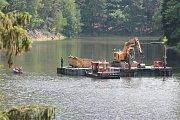 V minulých týdnech byly na vodě i na březích sedlické přehrady k vidění těžké stroje.